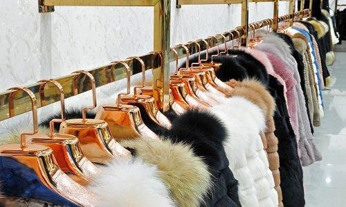 delle pellicce bianche e nere appese