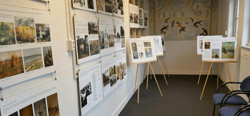 Etalage expositie over De Egmondse School in Huys Egmont