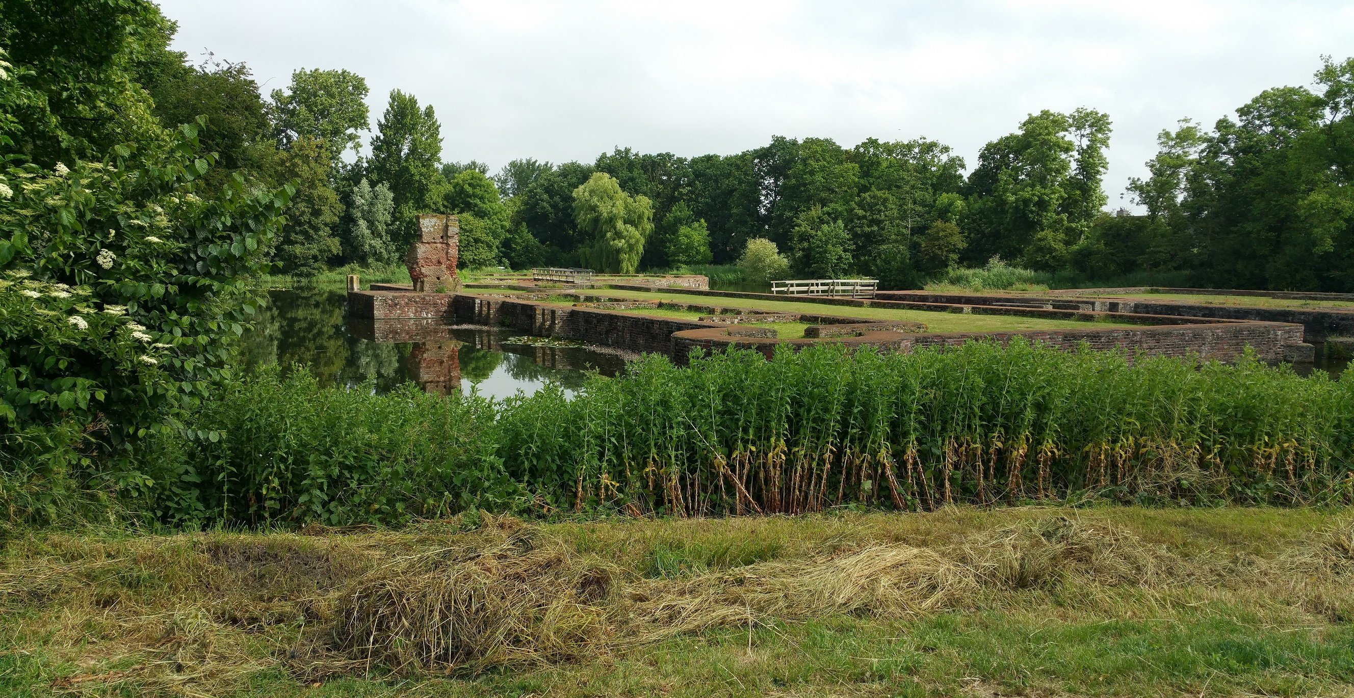 De fundamenten van het oude kasteel, tegenover Huys Egmont