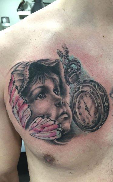 tattoo del volto di un bambino ed orologio