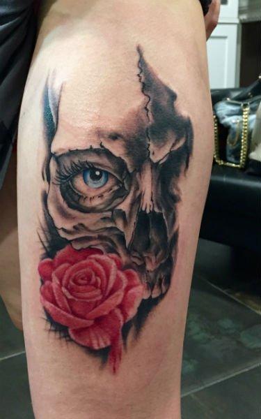 tatto di una rosa rossa e occhio