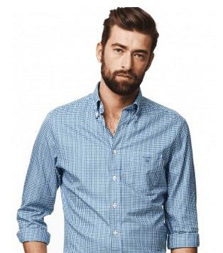 modello indossa camicia blu a quadri di Gant