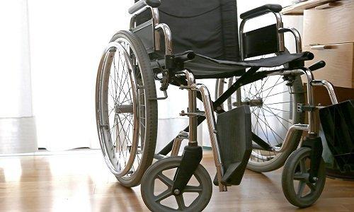 una sedia a rotelle nera