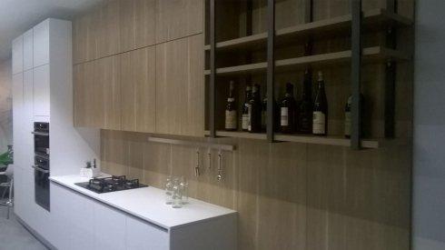 Cucina moderna e bianca con le bottiglie di birra a Bari