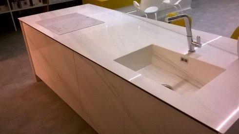 Cucina con marmo bianco e lavandino a Bari