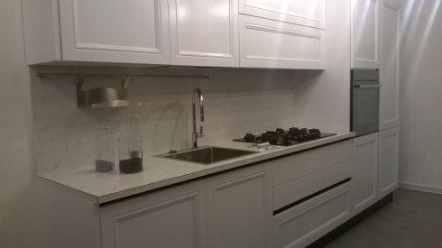cucina bianca con lavandino