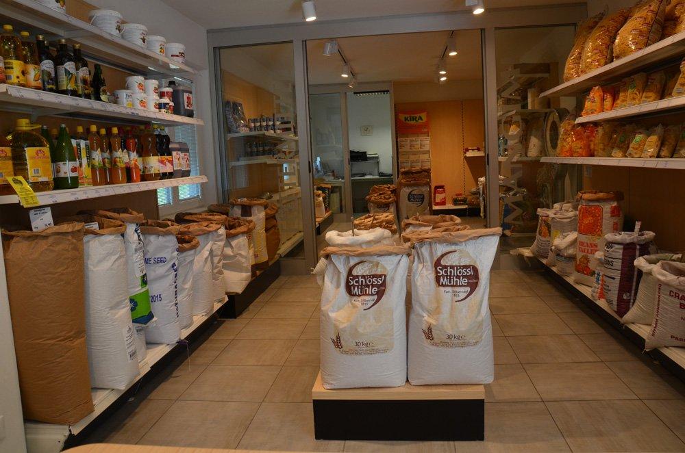 negozio con assortimento mangime a marchio Silbernagl