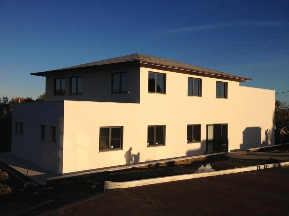 Casa con finestre in alluminio