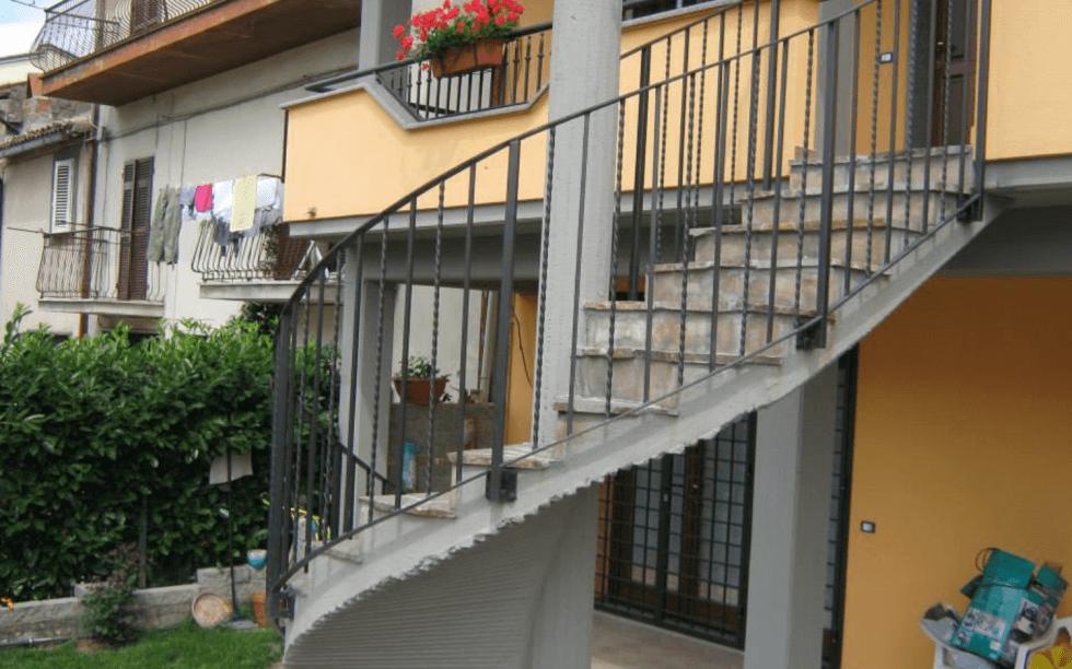 Produzioni in ferro viterbo la corte la corte for Grate in legno per balconi