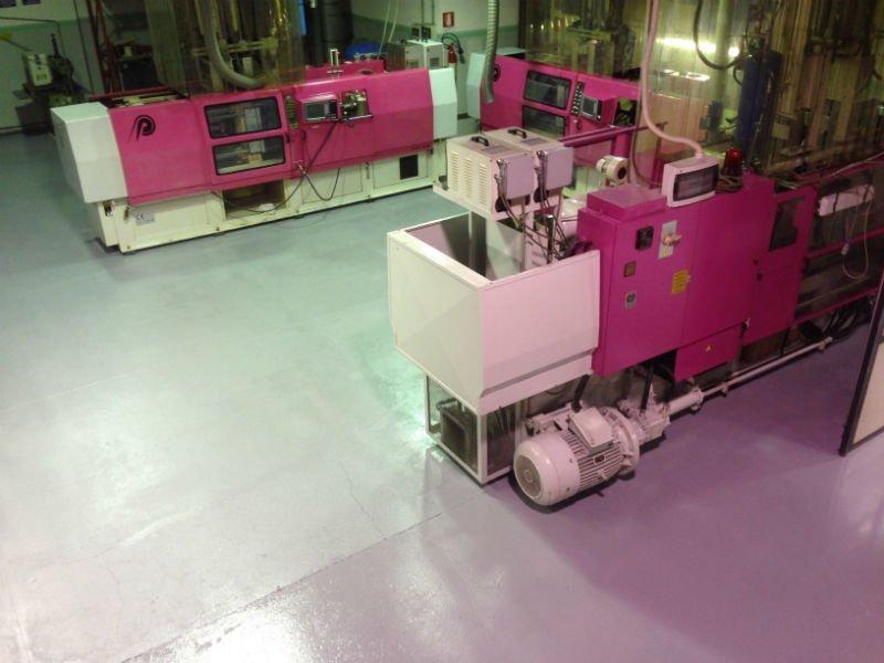 dei macchinari viola in una fabbrica