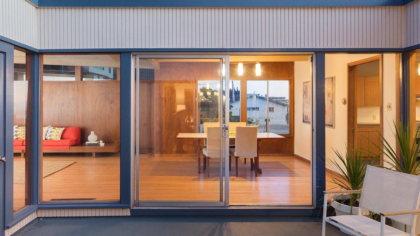 una finestra scorrevole e vista dell'interno di una casa
