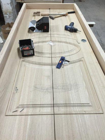 una porta in legno beige e sopra degli attrezzi