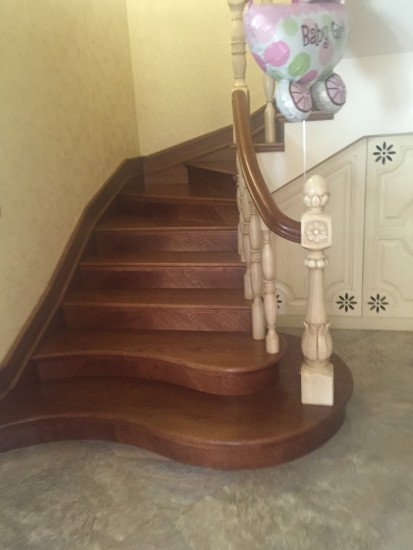 una scala con i gradini in legno