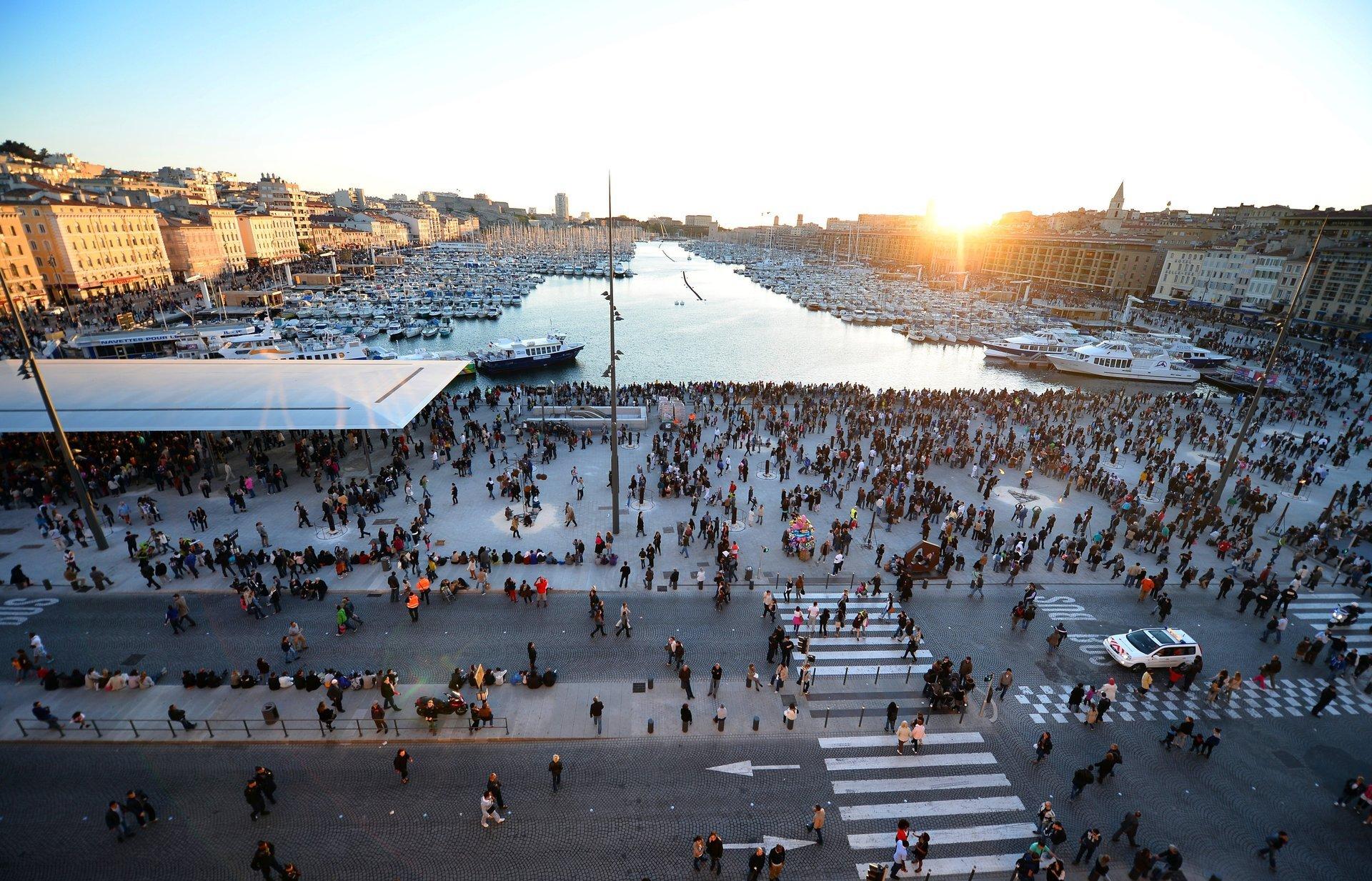 Der alte Hafen von Marseille mit Blick auf die Altstadt Panier und die neuen Museen.