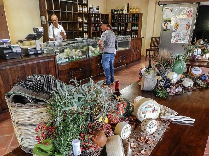 Vendita Prodotti Sardi: Latte e Pecorino di Sardegna