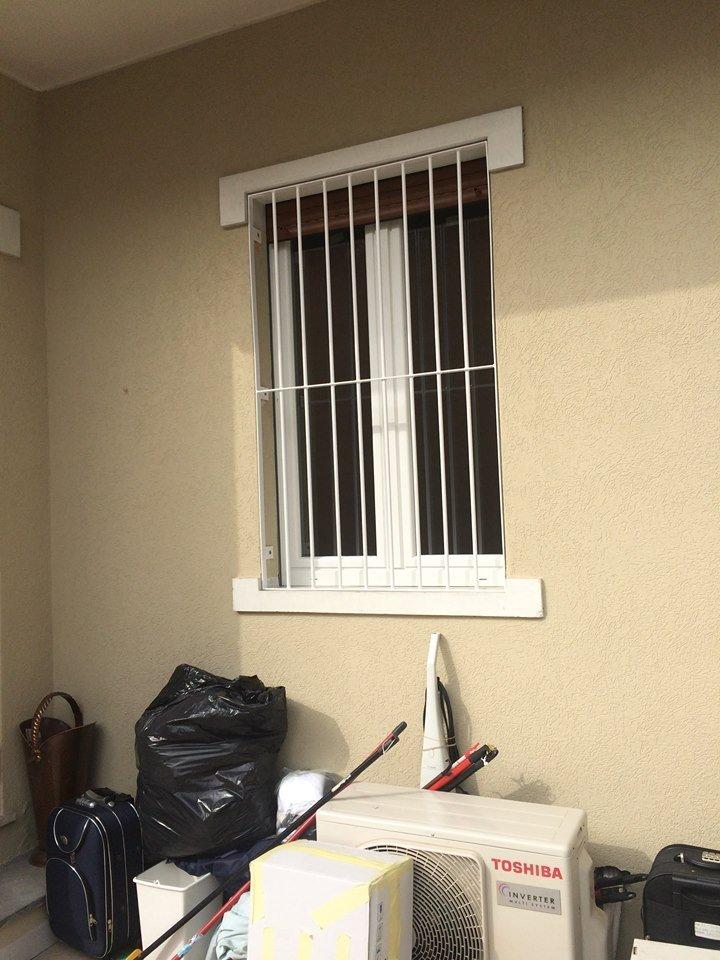 una finestra con una griglia bianca