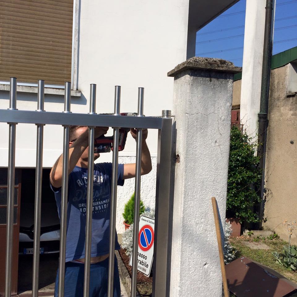 un ragazzo che trapana vicino a un cancello