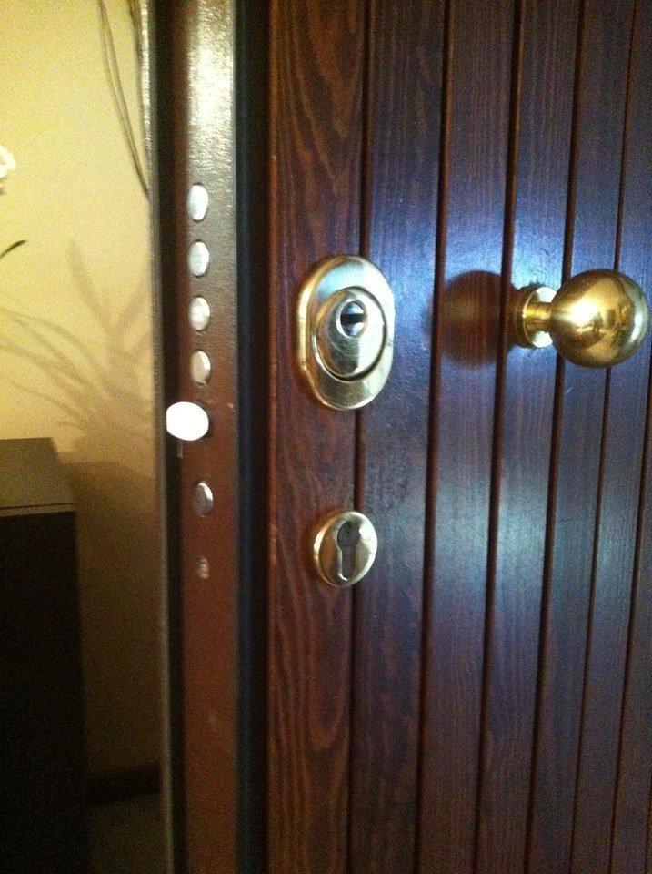 una porta in legno con pomello dorato