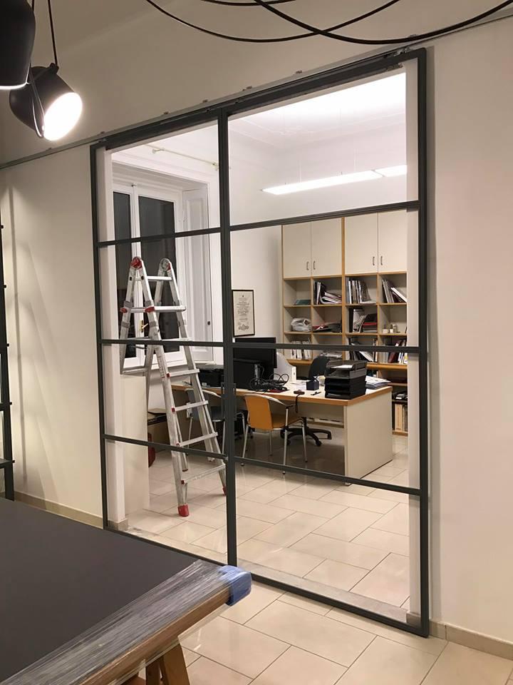 una porta a scrigno in vetro e vista di un ufficio