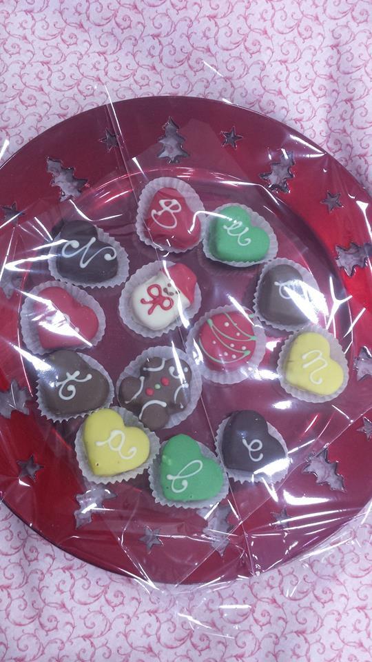 Cioccolatini colorati in vassoio rosso