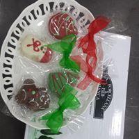 Tre cioccolatini natalizi in vassoio bianco