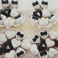 Ciotole in ceramica con cioccolatini bianchi e fondenti a forma di cuore