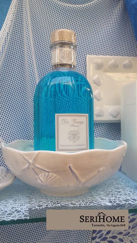 Bottiglia in vetro colorato e ciotola in ceramica