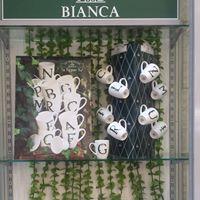 Vetrina del negozio con tazze in esposizione