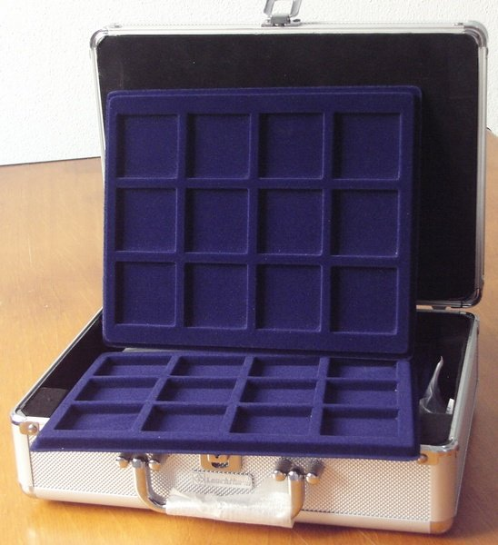 una valigetta blu porta monete