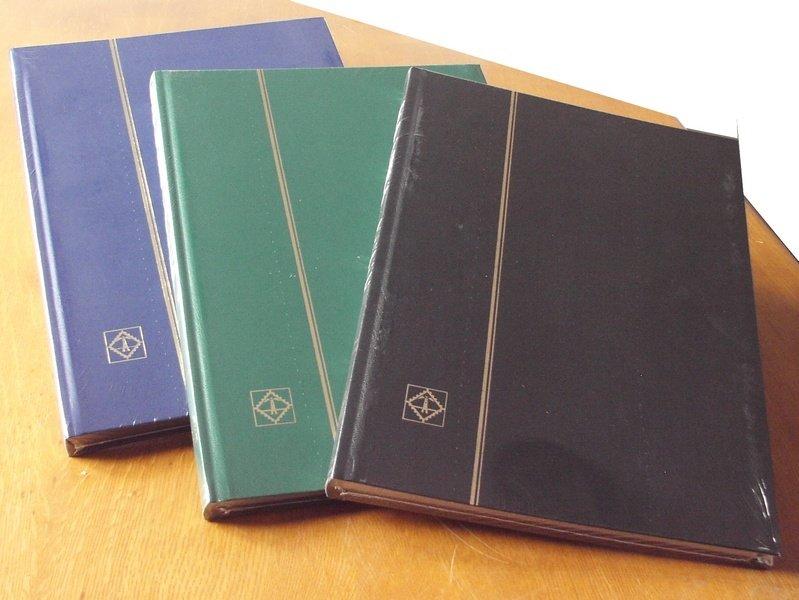 dei quaderni di pelle di diversi colori