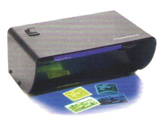 una stampante e dei francobolli