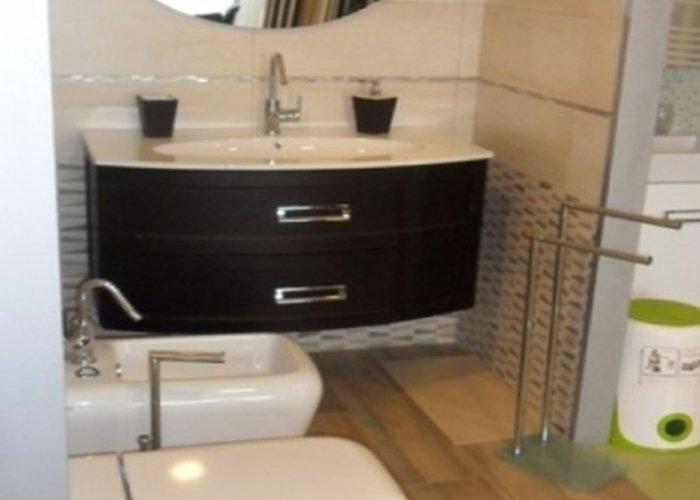 lavandino per il bagno color nero e sanitari