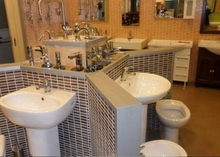 esposizione di sanitari in showroom