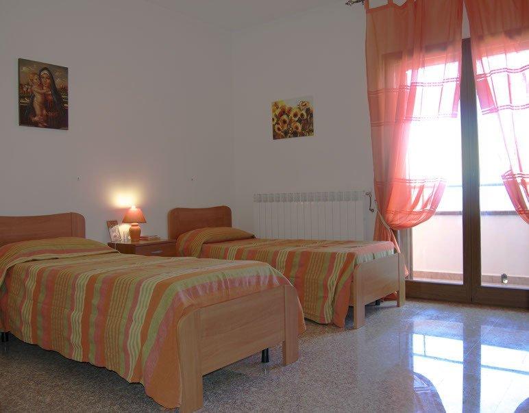 camera con due letti, tende e lampada