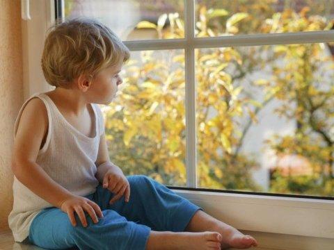 bambino davanti alla finestra