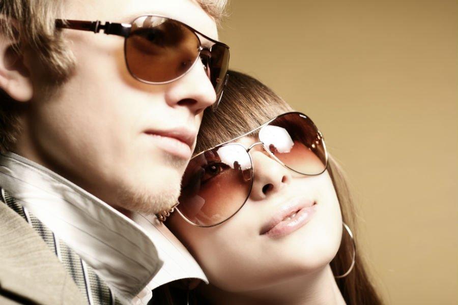 Due giovani con occhiali da sole