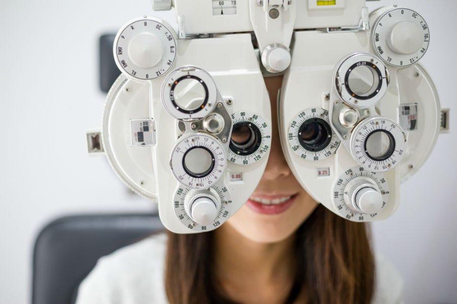 Ragazza durante un controllo della vista