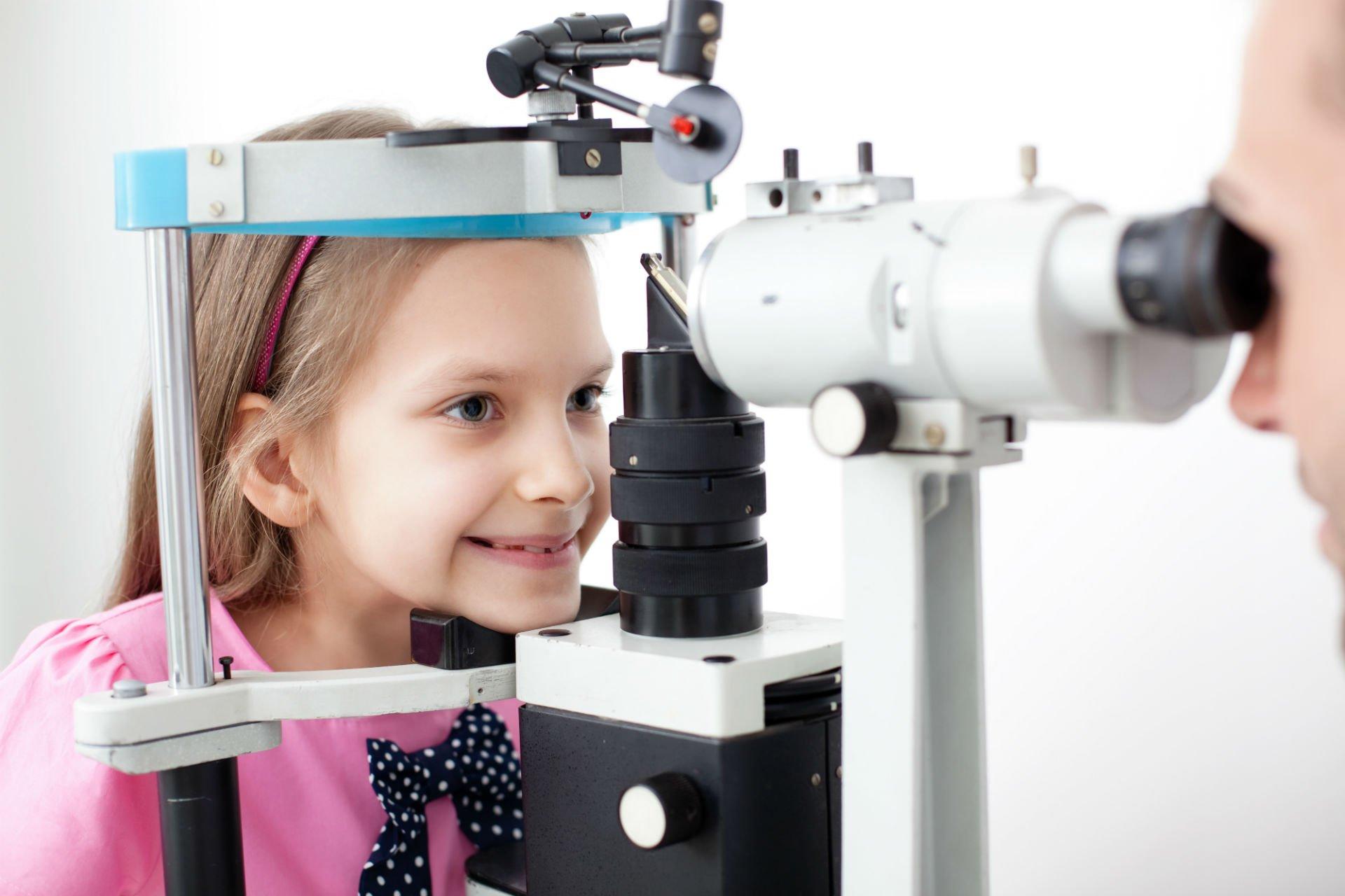 Una bambina durante una vista oculistica