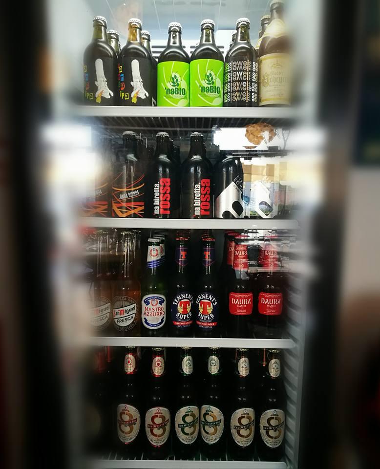 un frigo con dentro delle bottiglie di birra