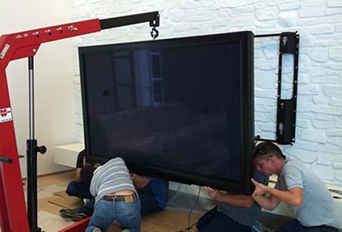 operai durante riparazione di una televisione