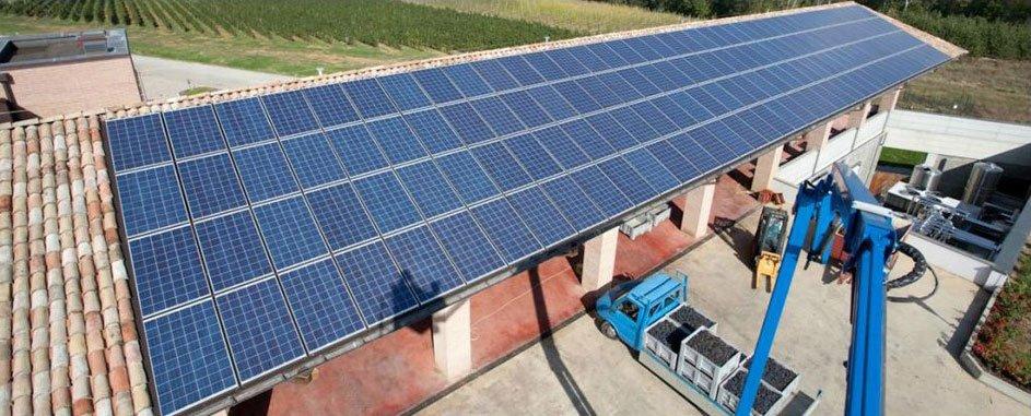 vista laterale di pannelli solari