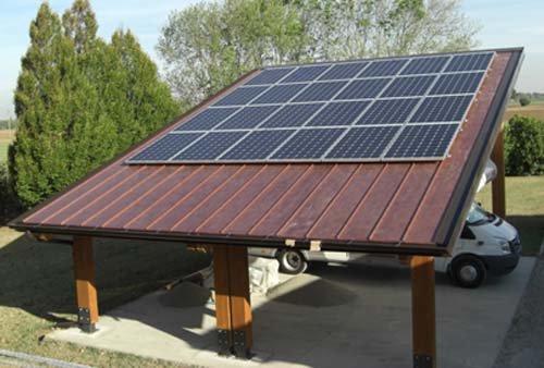 vista frontale di una casa con panelli solari