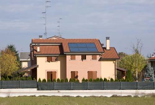 Impianti termosolari sul tetto di una casa