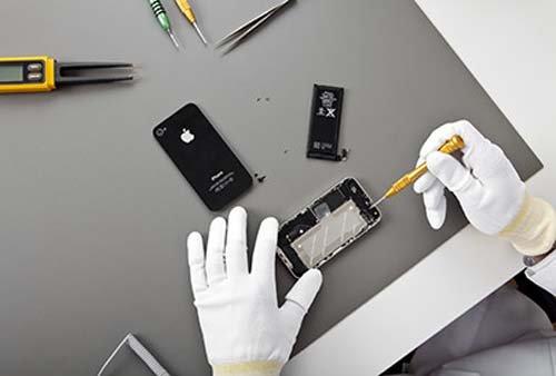 addetto durante la riparazione di uno smartphone
