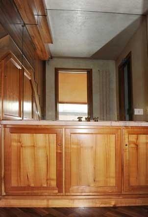 particolare del restauro di un lavandino in legno