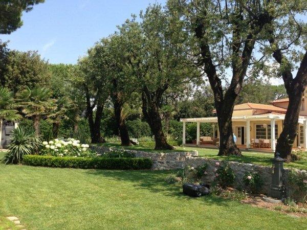 ampio giardino di una villa privata