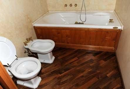 bagno con parquet