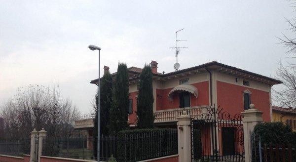 villa privata con cancello d'ingresso