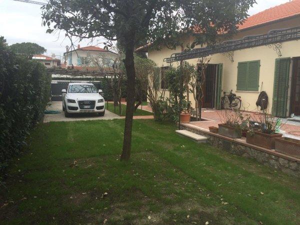 giardino con parcheggio