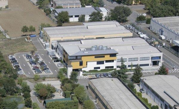 capannoni industriali con parcheggio